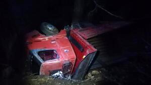 Gazipaşada tomruk yüklü kamyon devrildi: 1 yaralı