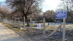 Elmalıda mezarlıklar tel çitle çevriliyor