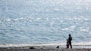Antalya'da tatilciler güneşli havanın keyfini çıkardı