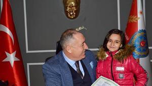 Elif, karne sevincini okula başlamasını sağlayan emniyet müdürüyle paylaştı