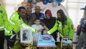 Polisler, şehit meslektaşlarının oğluna sürpriz doğum günü yaptı