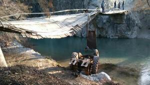 Tahta köprü çöktü, traktör çaya düştü