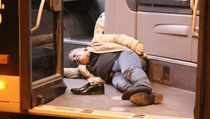Mecidiyeköyde metrobüs yolunda motosiklet kazası Yaralılar var