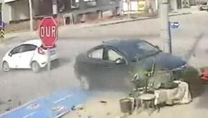İki otomobilin çarpıştığı kaza güvenlik kamerasında