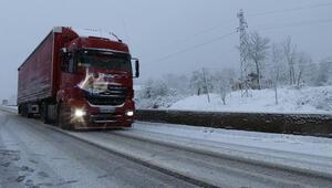 Bolu Dağında kar yağışı sürüyor