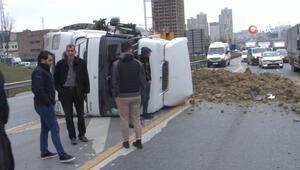 Virajı alamayan hafriyat kamyonu devrildi.