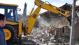Karacabey Belediyesinin metruk binalarla mücadelesi sürüyor