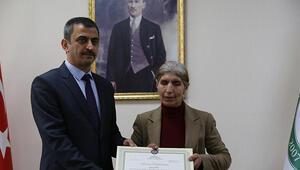 Görme engelli 51 yaşındaki Süheyla Köse üniversite diplomasını aldı