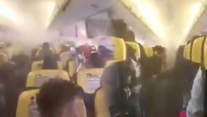 Uçağın içi dumanla doldu Panik anları kamerada