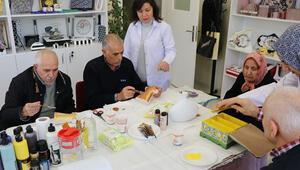 Alzheimer hastaları ve yakınları buluşma merkezinde moral buluyor