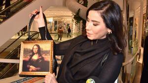 Mona Lisa gibi gülümsüyorum