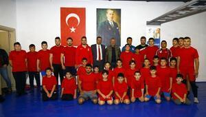 Genç güreşçilerden madalya