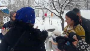Kardan kapalı yol açıldı, köydeki çocuk hastaneye götürüldü