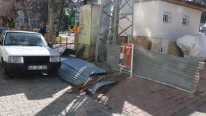 Adıyamanda fırtınanın uçurduğu çatı 3 otomobile zarar verdi
