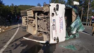 Tur midibüsü, otomobile çarptı: 26 yaralı