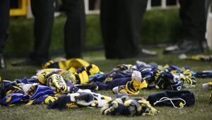 Fenerbahçe taraftarı, deprem mağdurları için sahaya atkı attı