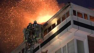 Gaziosmanpaşada 4 katlı bir binanın çatı katı alev alev yandı