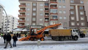 Vanda karla mücadele; Rus yapımı kar toplama aracıAmkodor 37kullanıldı