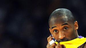 Kobe Bryantın ölümü Los Angelesta hayatı durdurdu Staples Centerın önüne koştular...