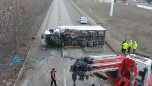 Refüje çarpan kamyon devrildi: 2 yaralı