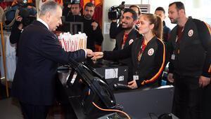Galatasaray Başkanı Mustafa Cengiz, depremzedeler için alışveriş yaptı