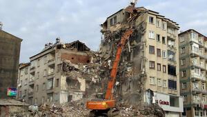 Elazığda hasarlı binalarda yıkım çalışmaları sürüyor