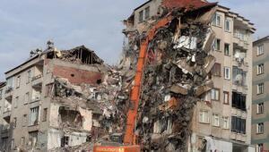 Elazığdaki riskli binanın yıkımı sürüyor
