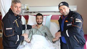 AFAD personeli enkaz altından kurtardıkları aileyi hastanede ziyaret etti