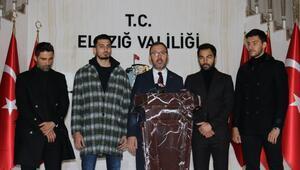 Bakan Kasapoğlu ve futbolcular, depremzedelere destek için Elazığda
