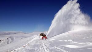 Vanda, 250 iş makinesi ve 1000 görevli ile kardan kapanan yollar açıldı