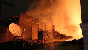 Beyoğlunda metruk binadaki yangın yan binaya da sıçradı