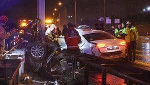 TEM Otoyolunda feci kaza... Otomobil ikiye bölündü