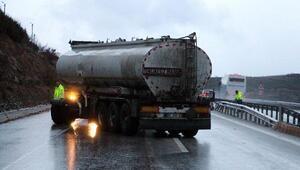 Tanker bariyere çarptı, karayolu ulaşıma kapadı