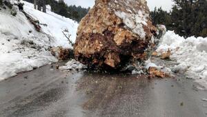 Erdemlide dev kaya yola düştü