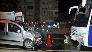 Yolcu otobüsü ile hafif ticari araç çarpıştı: 3 yaralı