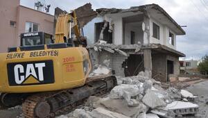 Silifkede metruk binalar yıkılıyor