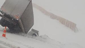 Erzincanda makarna yüklü TIR ile iş makinesi çarpıştı: 2 yaralı