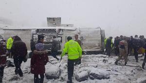 Erzincanda, buzlanan yolda otobüs yan yattı: 46 yolcu yaralı