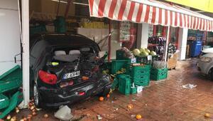 Minibüsün çarptığı park halindeki otomobil, markete daldı