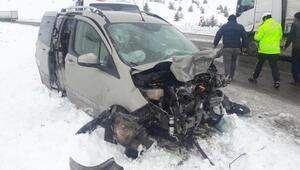 Sivasta hafif ticari araç ile TIR çarpıştı: 3 yaralı