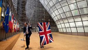 Brükselde tarihi an Sessiz sedasız bayrakları indirdiler