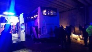 Sivasta yolcu otobüsü köprüye çarptı: 9 yaralı