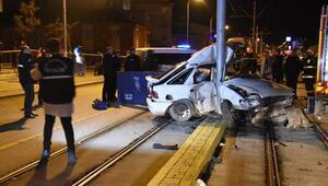 Katener direğine çarpan otomobil iki bölündü: 1 ölü, 1 yaralı