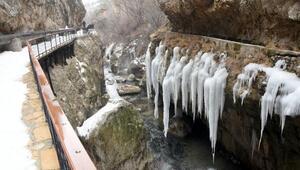 Doğa harikası Şuğul Kanyonunda dev buz sarkıtları oluştu