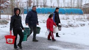 3 bin 400 tavuğa çocuklarıyla birlikte çeşmeden su taşıyor