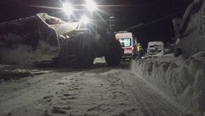 Kamyondan düşen yaralı, kar nedeniyle 4 saatte ulaşabilen ekiplerce hastaneye kaldırıldı