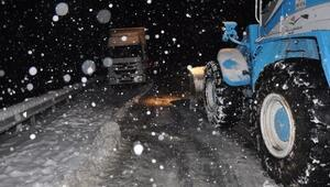 Derikte karda mahsur kalanları belediye ekipleri kurtardı