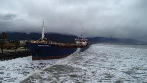 Karaya oturan gemi kurtarılmayı bekliyor