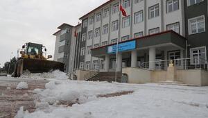 Sivas Belediyesinden okul bahçelerinde kar temizliği