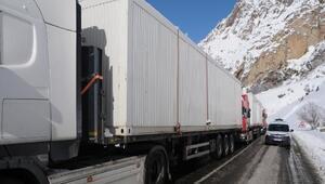 Elazığa gönderilen konteyner yüklü TIRlar yolda mahsur kaldı